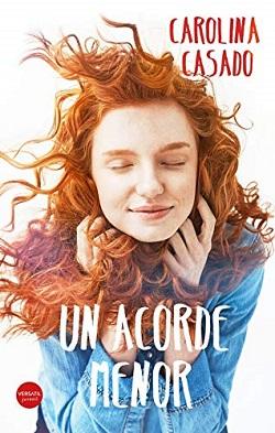 Es la portada de Un acorde menor: sobre un fondo blanco aparece una chica con el pelo rizado y pelirrojo, sosteniéndose los rizos y sonriendo con los ojos cerrados.